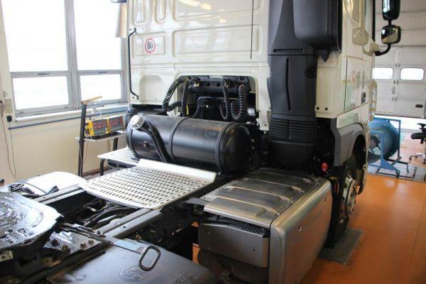 DAF XF Euro 6 Dual Fuel nádrž LPG za kabinou