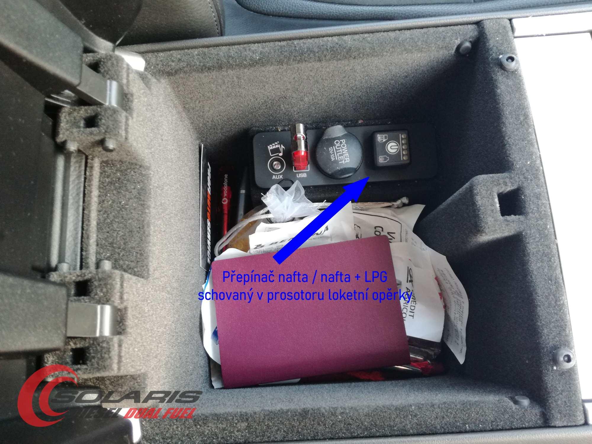 Jaguar XF 2.2 D na LPG přepínač LPG umístěný v loketní opěrce
